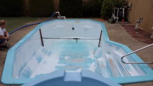 black-spots-and-bubbles-in-fibreglass-pool