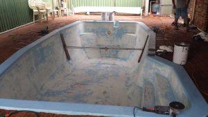 bracing-and-emptying-fibreglass-pool-resurfacing