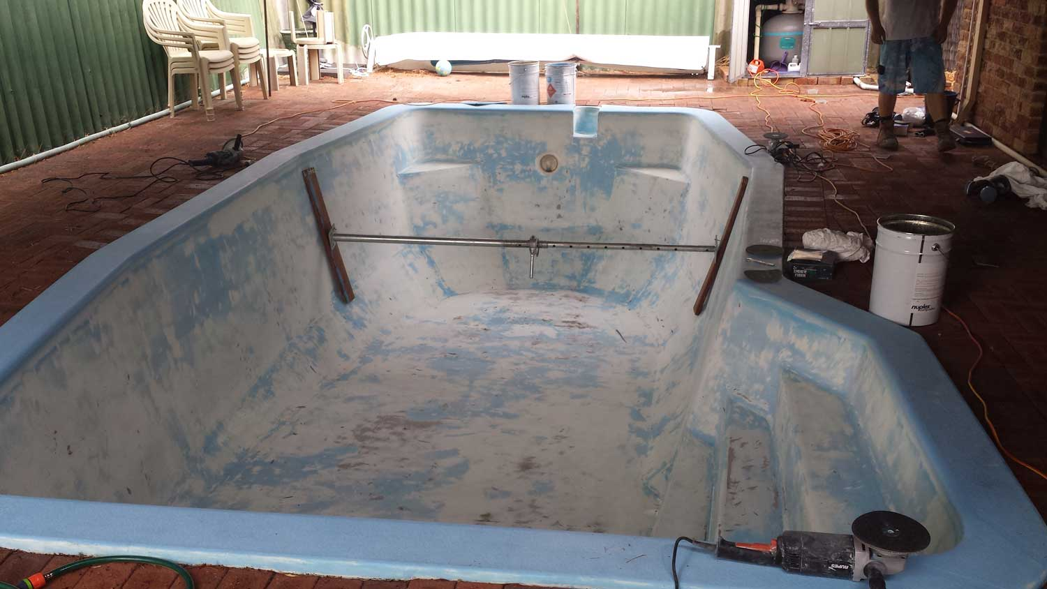 bracing-and-emptying-fibreglass-pool-resurfacing