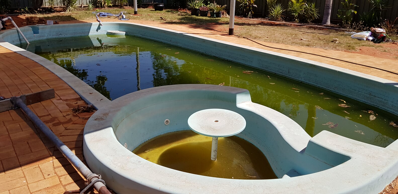 Large fibreglass pool renovation in South Hedland (before) – September 2018.